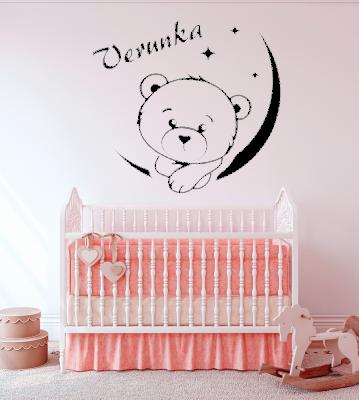Medvídek měsíc se jménem samolepka na zeď