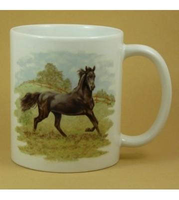 Hrnek černý kůň na pastvině