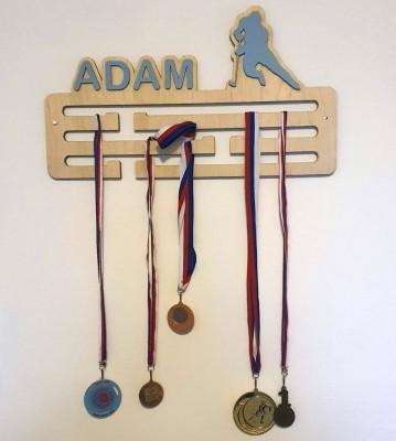 Dřevěný věšák na medaile se jménem a motivem na přání Verze 1