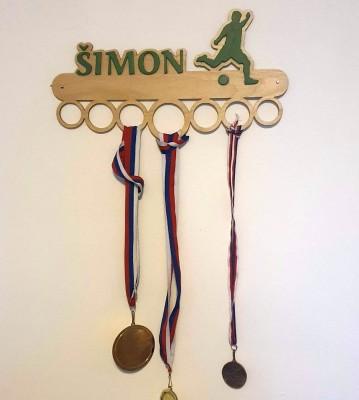 Dřevěný věšák na medaile se jménem a motivem na přání Verze 2