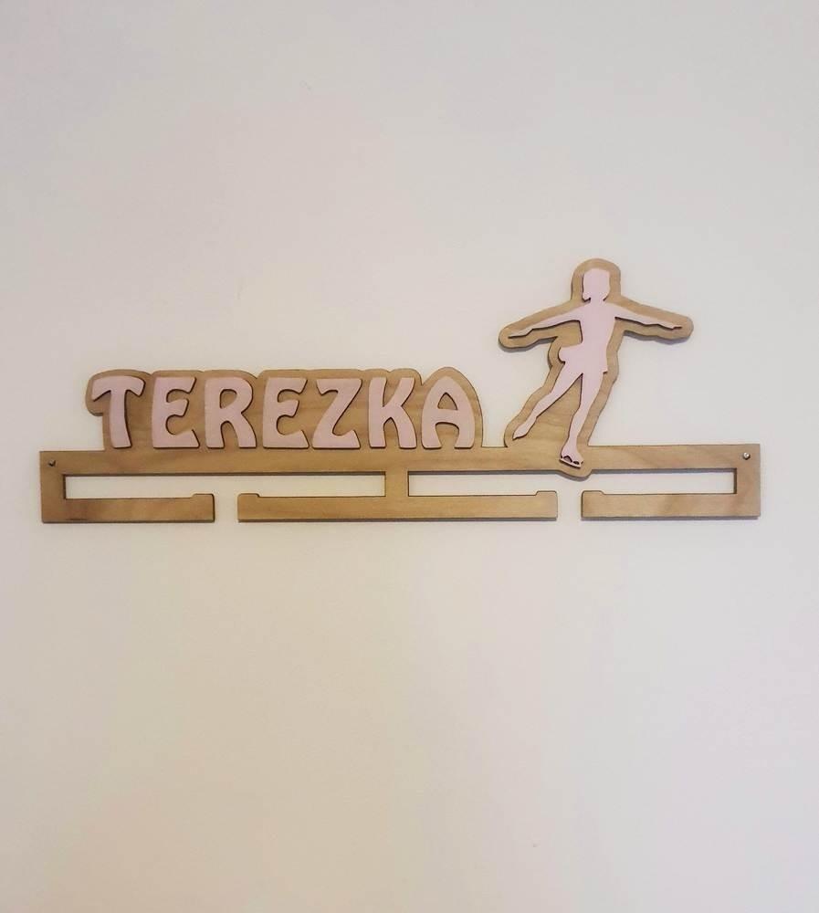 Dřevěný věšák na medaile se jménem a motivem na přání Verze 3