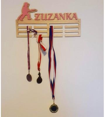 Dřevěný věšák na medaile se jménem a motivem na přání Verze 5